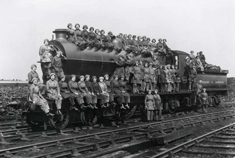 Women-in-Rail-Locomotive-Cleaners-1917