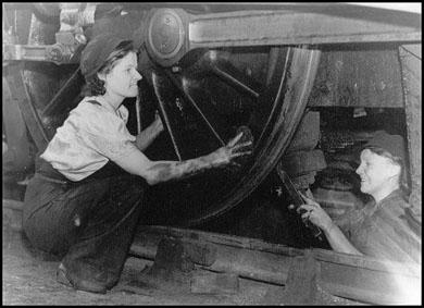 Women-in-Rail-Woman-Cleans-Engine-World-War-Two-Heaton-Newcastle